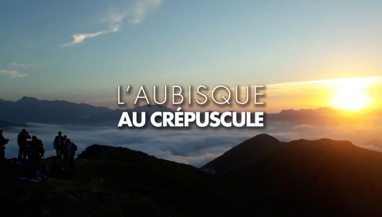 Randonneurs au crépuscule sur l'Aubisque en Béarn Pyrénées