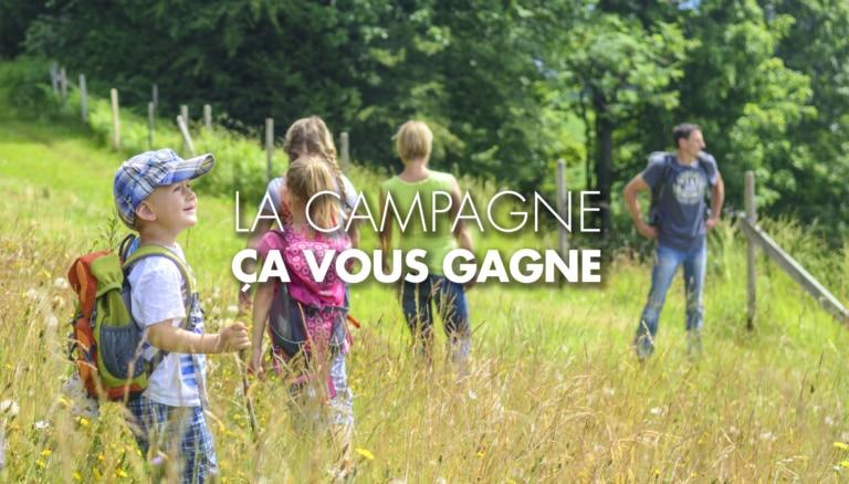 famille en randonnée dans la campagne avec enfant