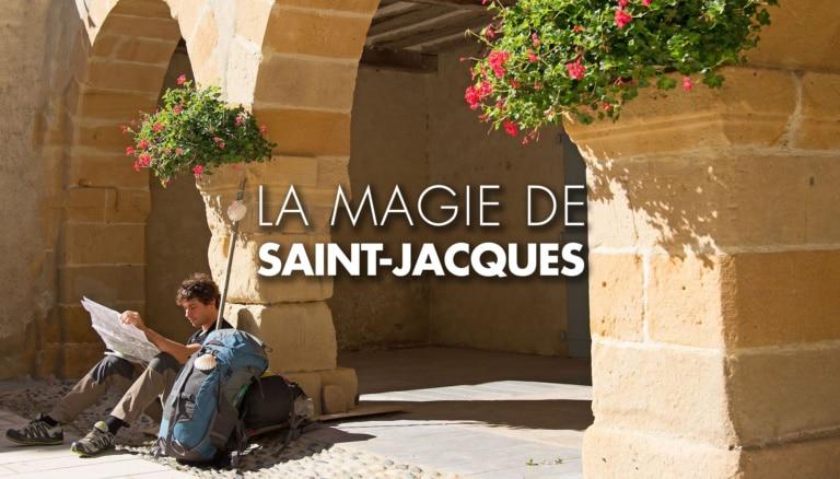 Pèlerin assis sur le chemin de Compostelle au Pays basque