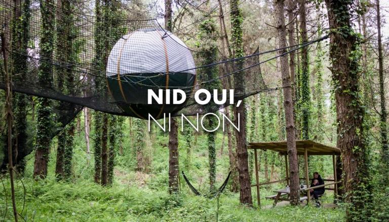 Cabane en forme de nid suspendu dans les arbres à Loubieng en Béarn