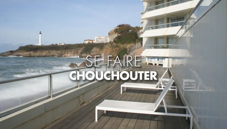 Transats sur une terrasse face à la mer à Biarritz