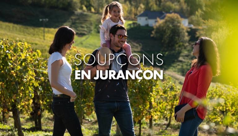 famille avec un enfant sur le dos dans les vignes du Jurançon en Béarn