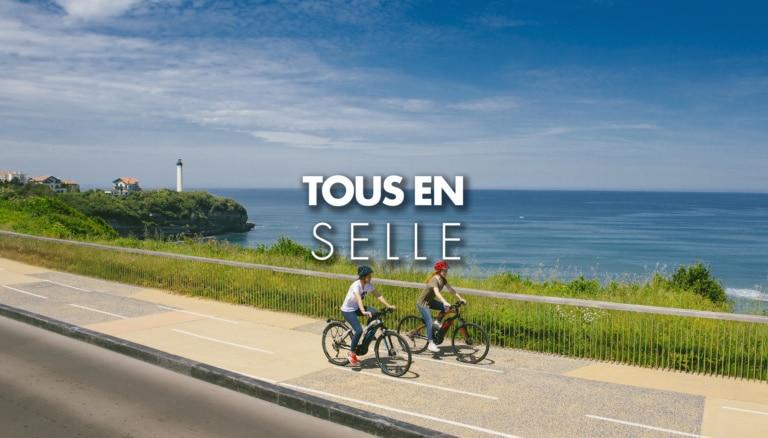 Couple faisant du vélo à assistance électrique VAE à Biarritz sur la côte basque