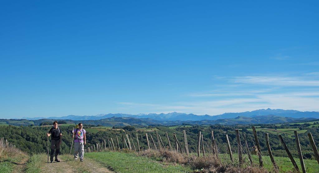 chemins-compostelle-Pelerins au dessus d_Olhaiby, vue imprenable sur l_Ouest des Pyrénées©CDT64-P.Gaillard