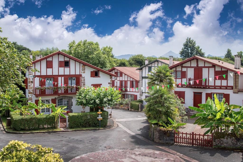 plus-beaux-villages-france-Ainhoa Maisons labourdines ©Fotolia_Delphotostock