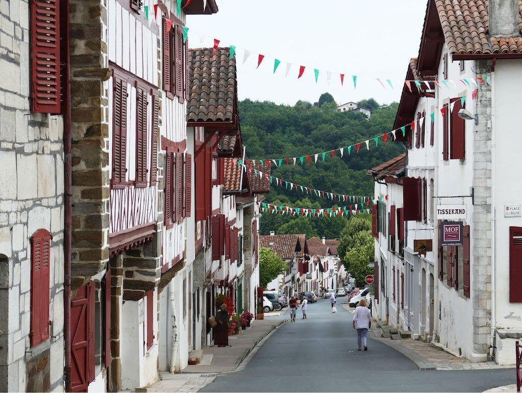 plus-beaux-villages-france-La Bastide Clairence rue principale ©F.Perrot