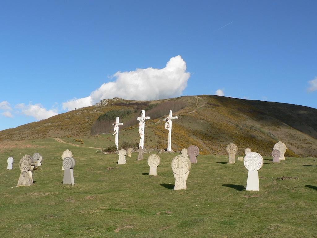 plus-beaux-villages-france-Stèles oratoire Aubépines à Ainhoa 2 ©CDT64