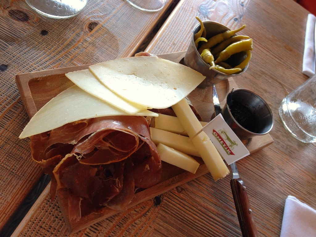 sejour-culture-gastronomie-paysbasque-bayonne-Assiette jambon fromage ©CDT64-C.Idelovici