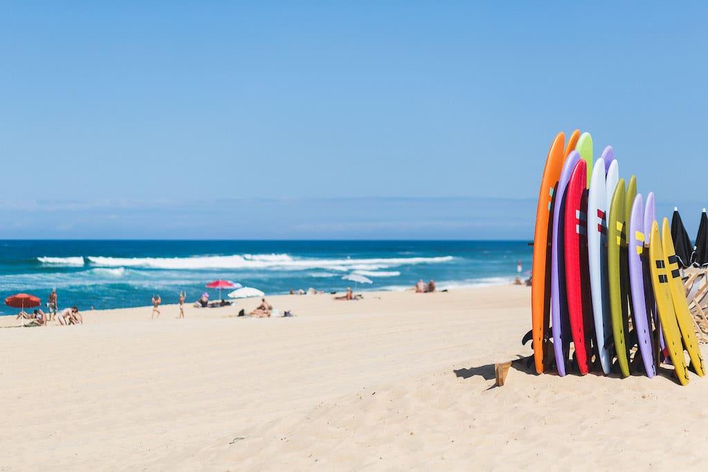 sejour-famille-cote-basque-Planches de surf sur la plage ©Damien Dohmen