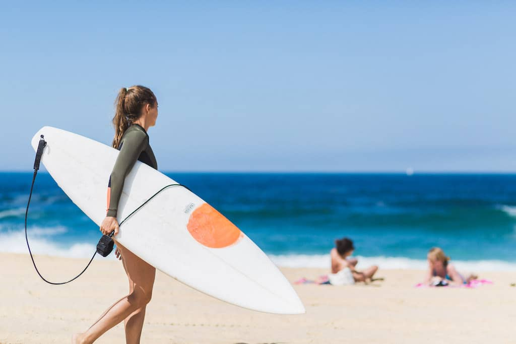 sejour-famille-cote-basque-Surfeuse sur la plage ©Damien Dohmen