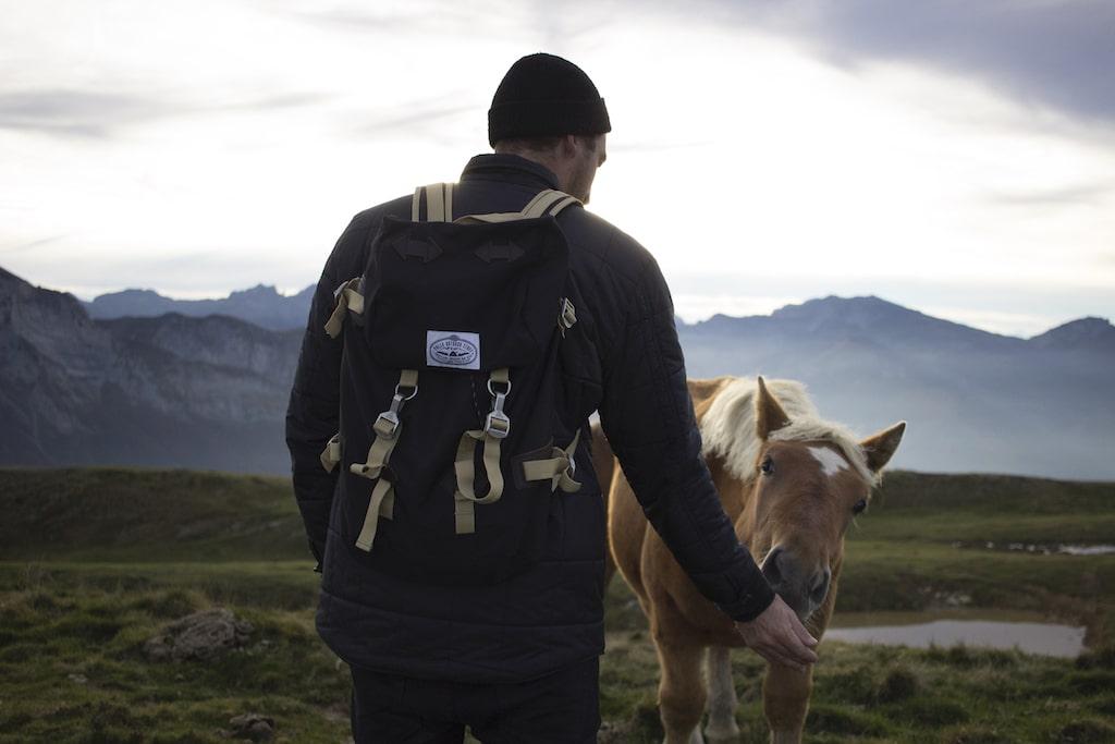 sejour-ossau-bearn-Aubisque randonneur et cheval ©Kindabreak.com
