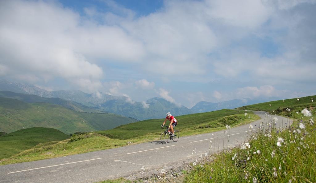 sejour-velo-electrique-bearn-ossau-Cycliste col d_Aubisque 008 ©CDT64-P.Gaillard
